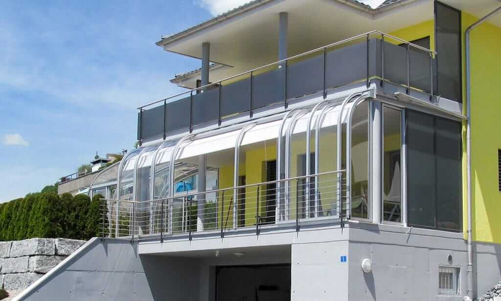 Spezielle Überdachung unter Balkon mit Sonnenschutz